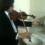 即興演奏するバイオリニスト! なんと水道の蛇口と…